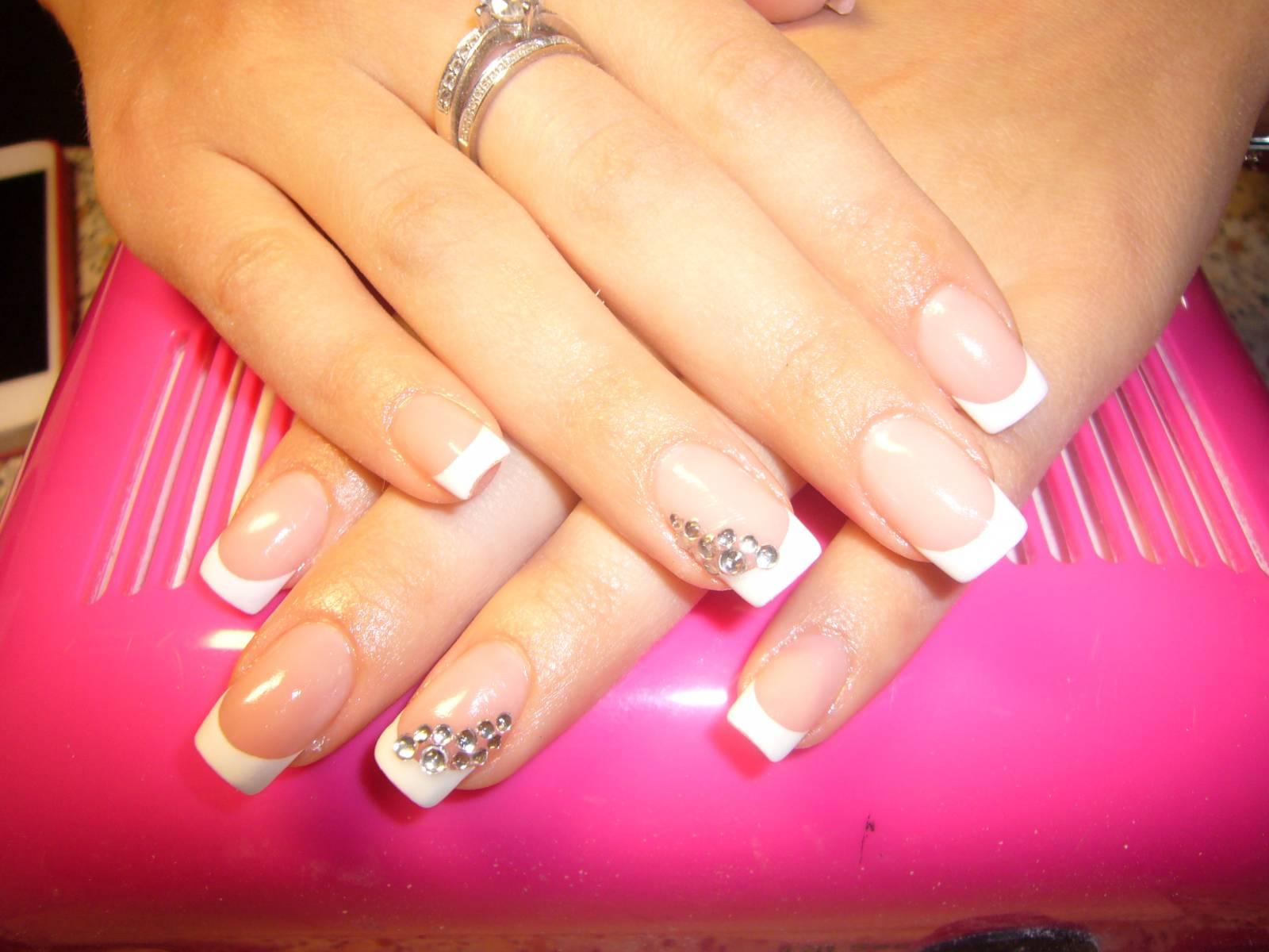 Френч на круглых ногтях со стразами фото