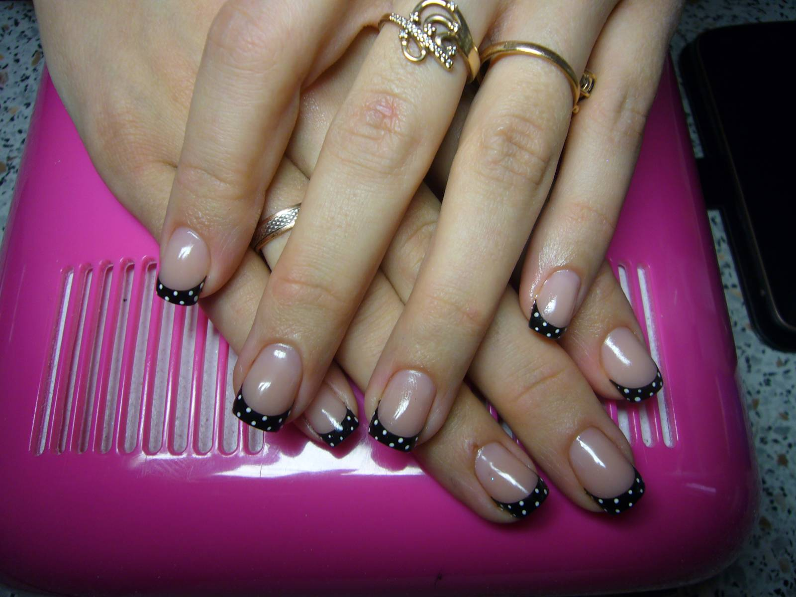 Фото нарощенных ногтей с чёрным френчем