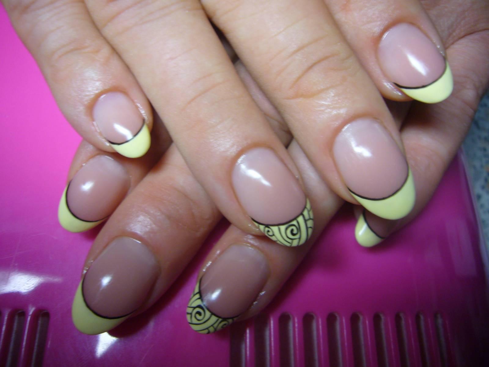 Желтый френч на нарощенных ногтях фото